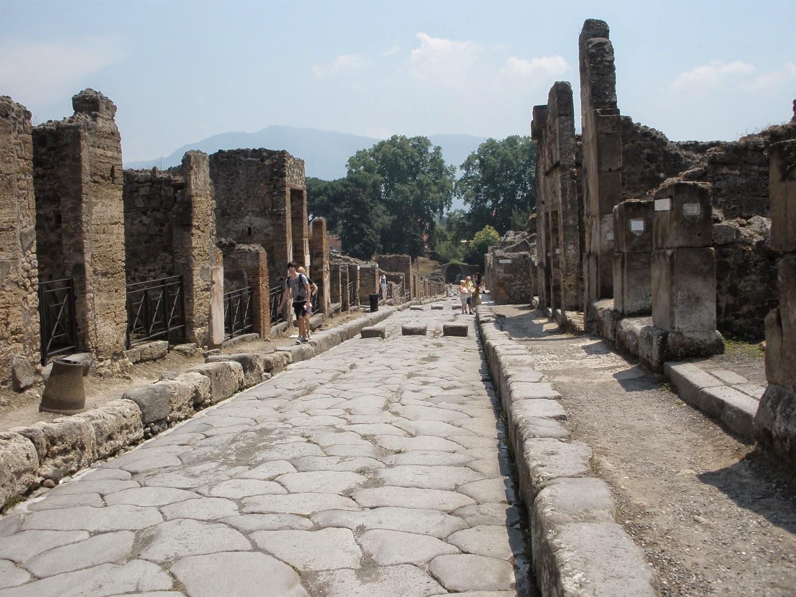 Las calles de Pompeya, por norma general, estaban inundadas de agua y porqueria, de ahí las piedras alzadas para poder pasar de un lado a otro.