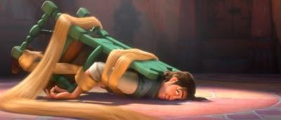 Flynn Rider (Zachary Levi) en mauvaise posture dans Raiponce