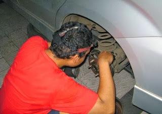Berikut Trik Cara Mengganti Minyak Rem Mobil
