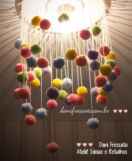 Lustre feito com Pompons de Lã e Bastidor de Madeira - Ideias e Retalhos por Dani Fressato