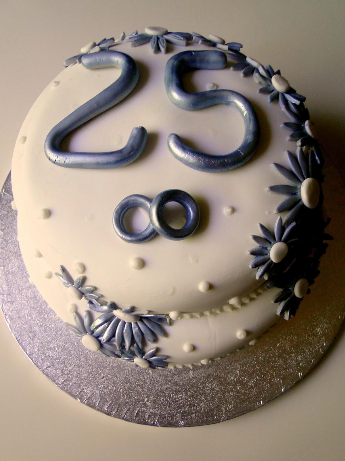 Para simbolizar el motivo de la celebración , puse en la parte superior el numero 25 que simbolizan los 25 años de casados y un detalle de alianzas .