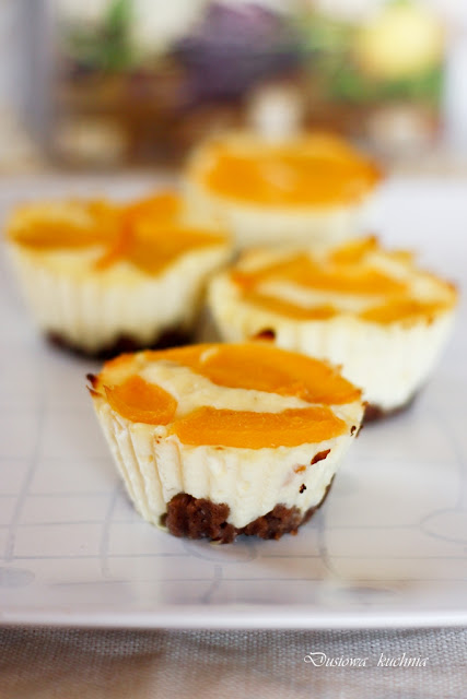 mini serniczki, mini serniczki z brzoskwiniami, mini serniczki z kakaowym spodem