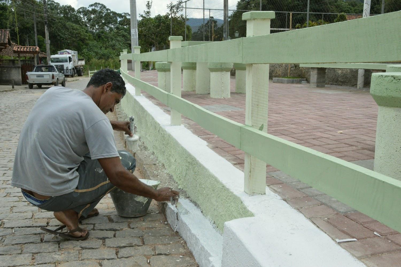 Nesta sexta, funcionários municipais realizaram capina, pintura e limpeza na Praça do Cruzeiro, em Vieira