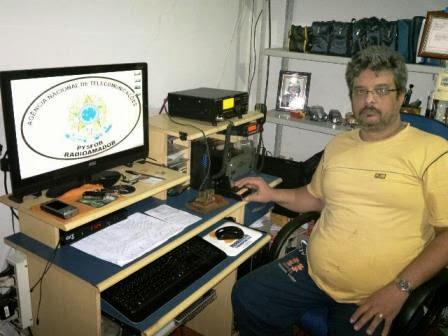 PY5FOB Fernando em sua estação com o IC-718