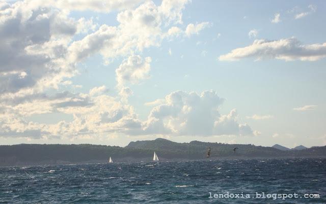 valovi i jedrilice na moru