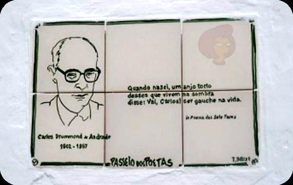 """Pequeno mosaico de azulejos brancos, contendo desenho do rosto do poeta brasileiro Carlos Drummond de Andrade e a 1ª estrofe do poema """"Poema de Sete Faces"""", numa parede de rua do Passeio dos Poetas, Praia da Vitória, Ilha Terceira, Açores, Portugal"""
