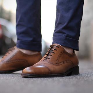 Jasnobrązowe buty oxford full brogues i granatowe spodnie chino