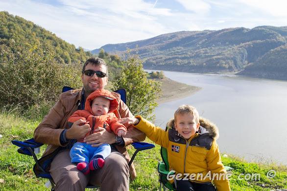 Hasanlar Barajına karşı kamp koltuklarında oturan oğullarım ve babaları, Düzce