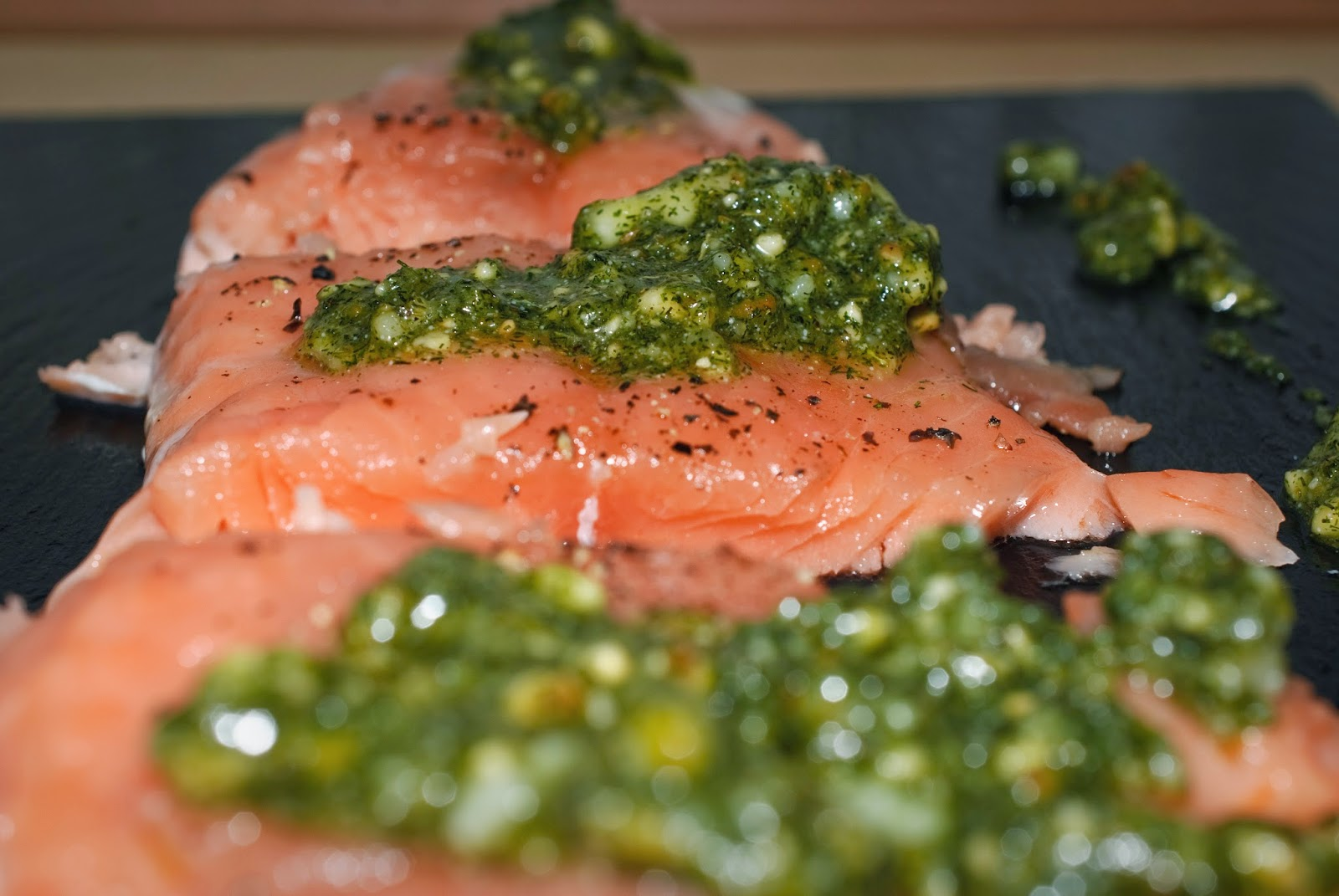 Salmón con pesto de eneldo; salmon with dill pesto
