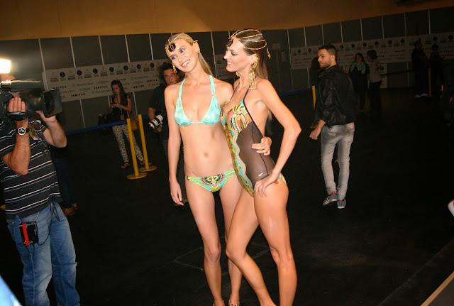 modelos sonriendo en backstage fashion week madrid