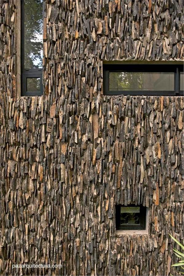 Detalle de fachada en piedra laja dispuesta en vertical en casa de Ciudad de Guatemala 2011