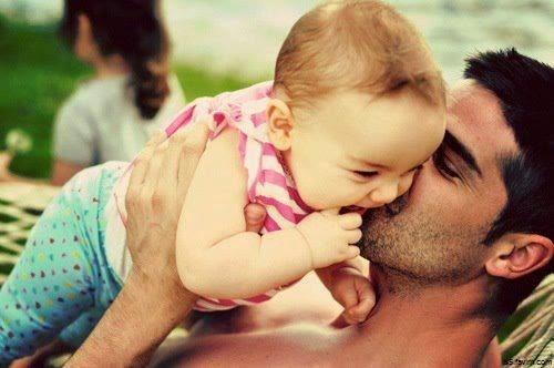 Joli Photo bébé et papa bisous