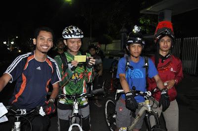 Tim GeJe (GowesJelajah) sedang menunggu giliran jalan di garis start. (Dari kiri) om Danu, Aku, om Ahmad, dan om Rico.