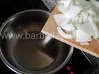 Mancare de telina cu masline preparare reteta - punem ceapa tocata la calit