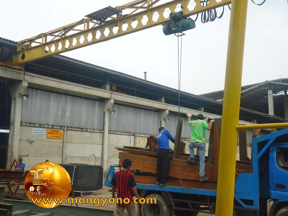 FOTO : Proses penurunan material menggunakan Hois Crane