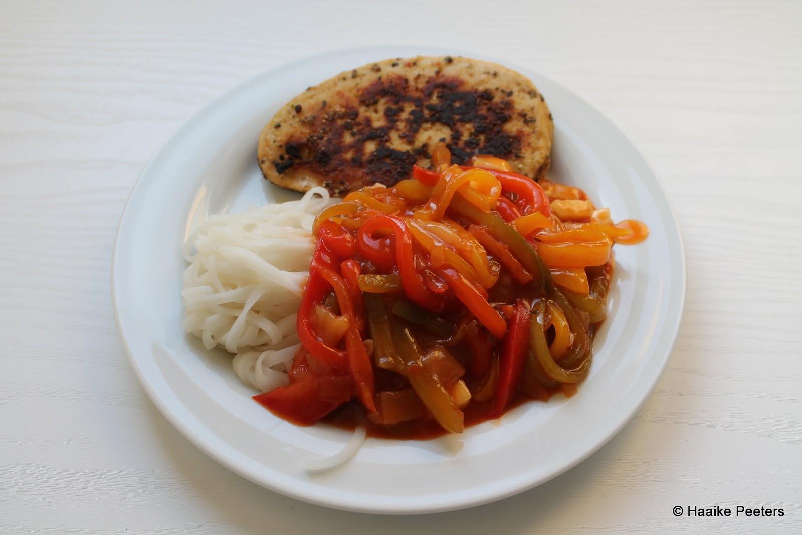 Paprika en courgette in zoetzure saus met noedelsen vegetarische schnitzel (Le petit requin)