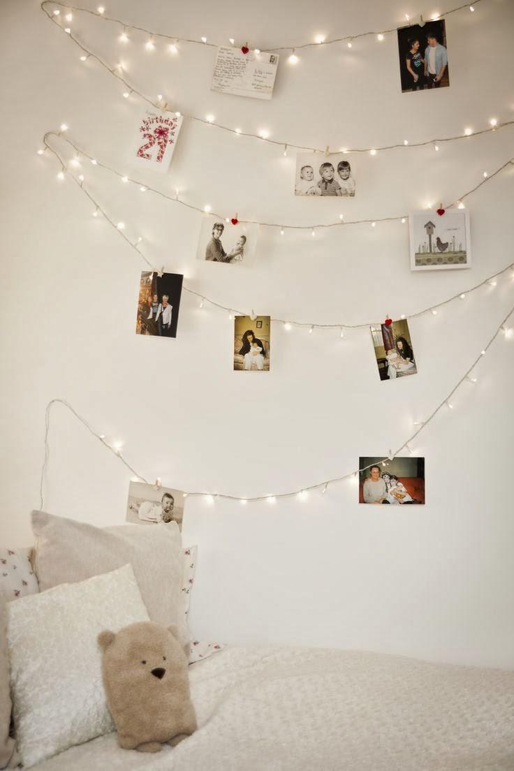 Piękna dekoracja ściany DIY - girlanda z lampek i zdjęć