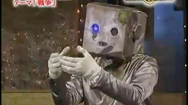 Numéro de dance d'un robot triste japonais qui trouve un bébé abandonné