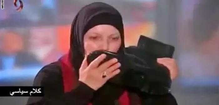 Quand Kaouther El Bachraoui embrasse la chaussure d'un soldat syrien (VIDEO)