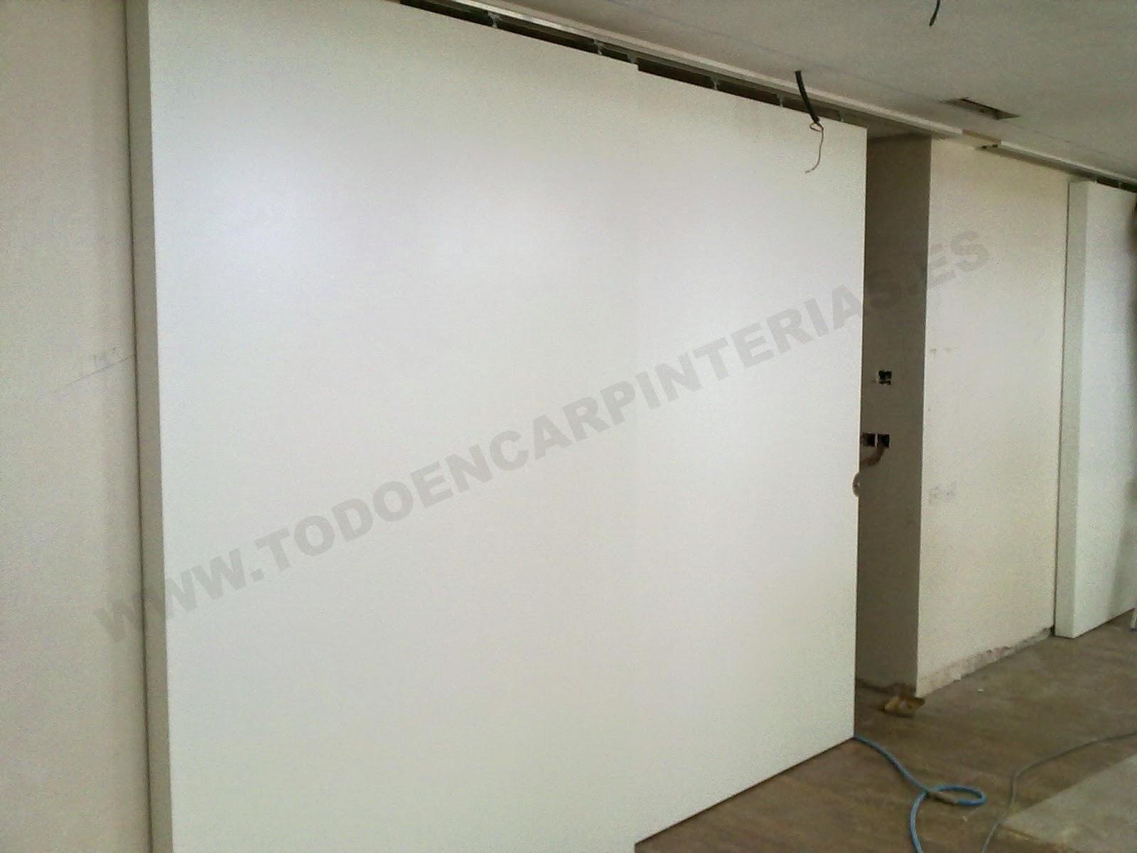 Puertas correderas blancas de gran tamaño para separar ambientes.