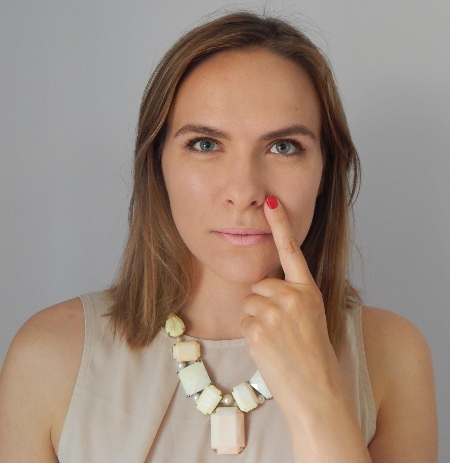 Фото красивых девушек с пальцем во рту 24 фотография