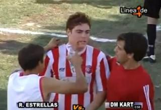 Penjaga gol gigit muka pemain bola lawan