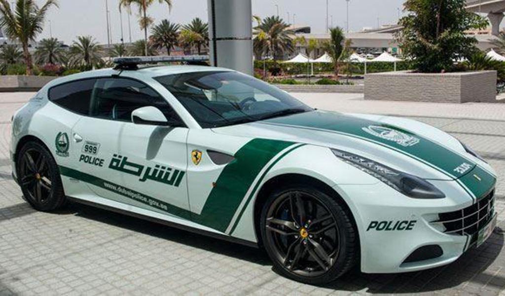 car in Ferrari FF vira viatura em Dubai