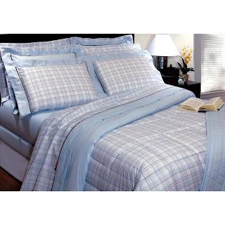 cama de casal pequena e simples