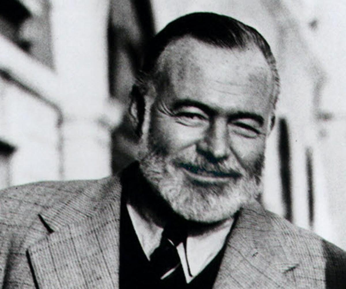 El rostro sonriente de Hemingway en blanco y negro.