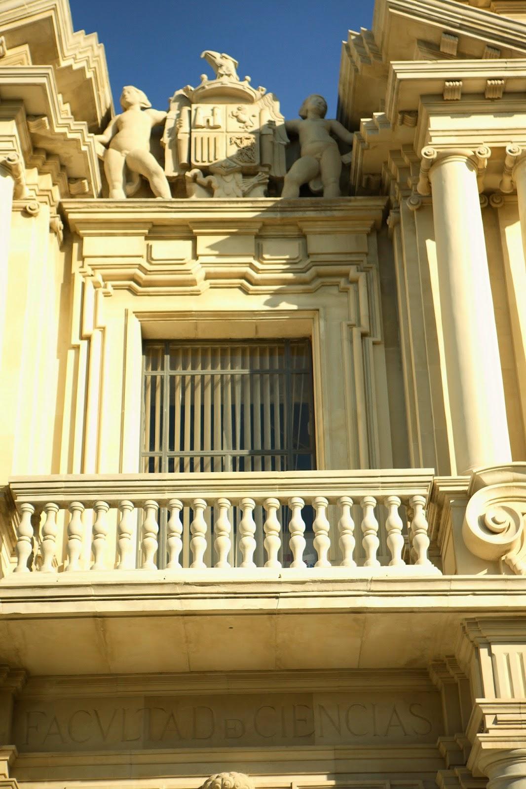 águila franquista de la fachada de la Universidad de Sevilla en la calle Palos de la Frontera