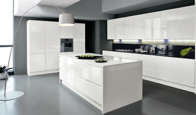cuisine design sans poignées avec façades blanches brillantes et îlot central
