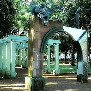 Arcos alusivos às 30 reduções jesuítas, na Praça Pinheiro Machado, em Santo Ângelo.