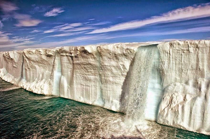 es besar yang mencair di dekat pulau Svalbard