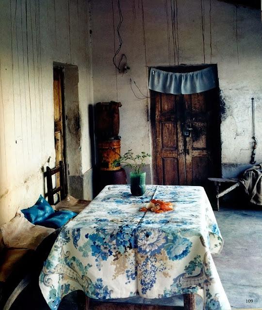 habitación antigua con toques de color