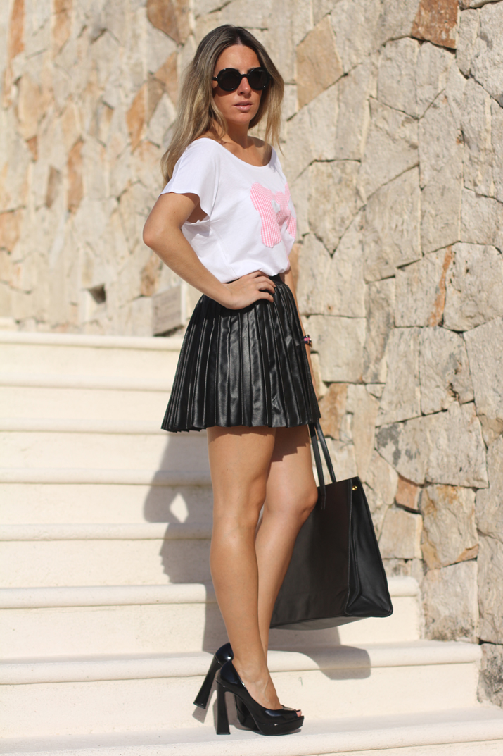 Look with leather skirt by fashion blogger Mónica Sors