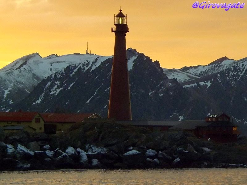 faro isole vesteralen tramonto