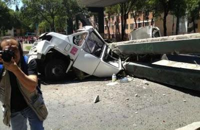 Puente peatonal se desploma tras sísmo de 7,8 grados en México