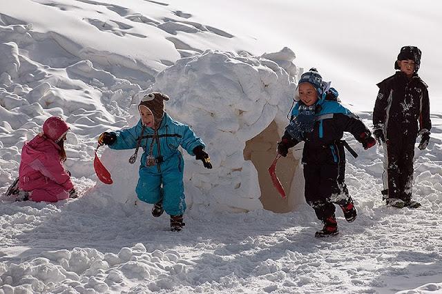 Deca se igraju u snegu na Kopaoniku