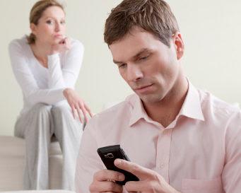 Istri, Berhentilah Kepo Pada Urusan Suami. Ini Dampak Buruknya