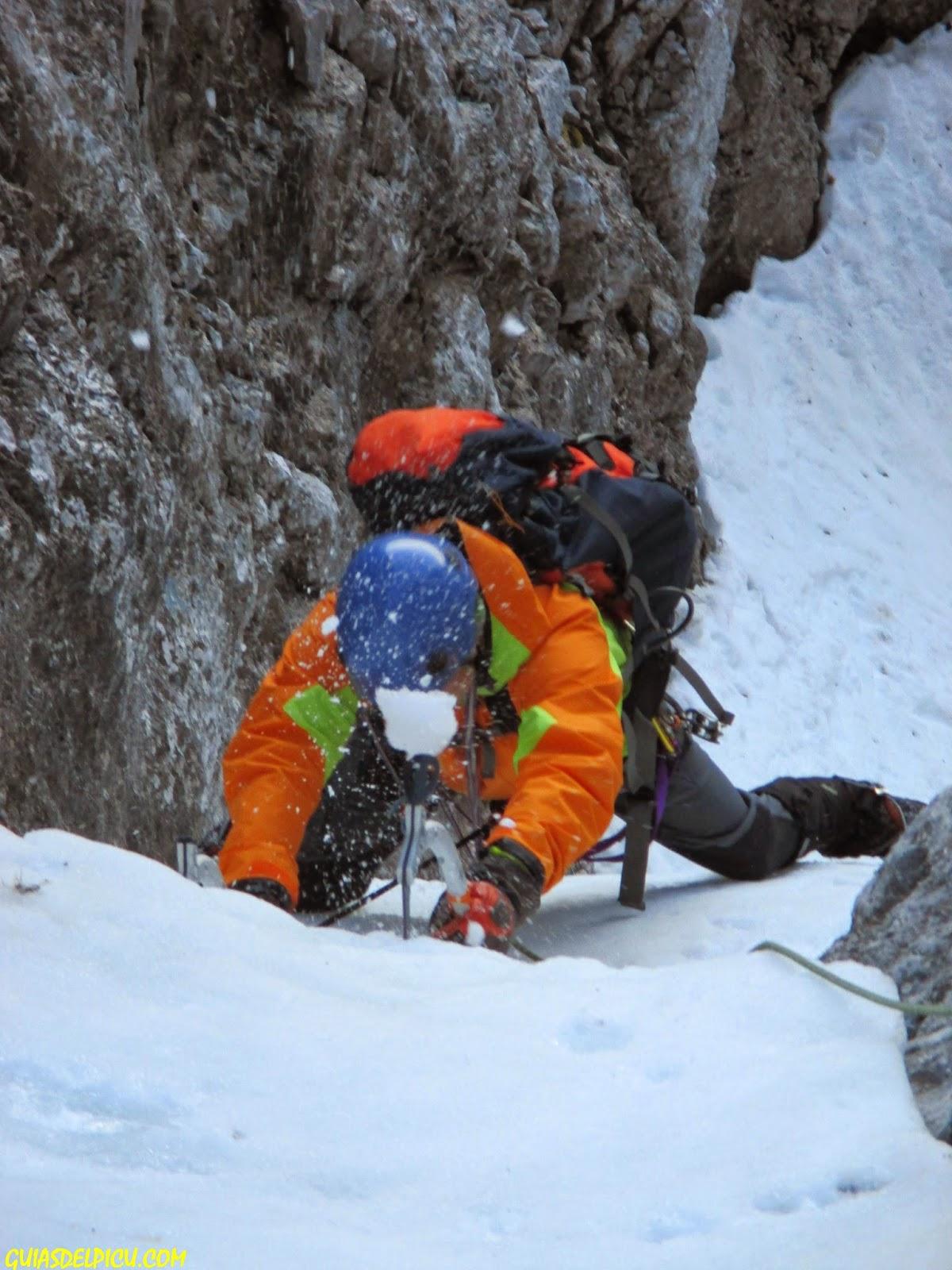Guias de montaña guiasdelpicu, especialista en los Picos de Europa , escalar corredores con guia