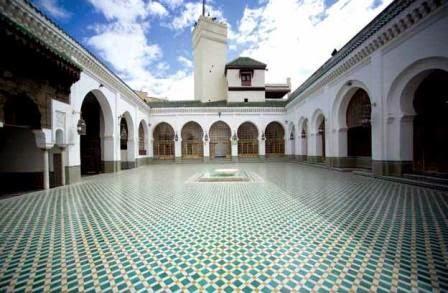 galan muslim Tersebar di berbagai daerah di indonesia bukti keberadaan islam itu dapat dilihat bukan saja dari para pemeluknya yang memiliki pengikut paling besar di indonesia.