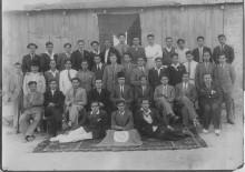 نادي شباب العرب عام 1944 ، ويظهر (الأول في اليسار جلوسا) اللاعب جبرا الزرقا