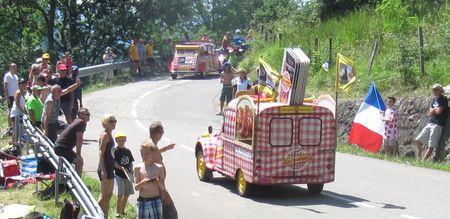 Les 2CV Cochonou dans la caravane publicitaire du Tour de France