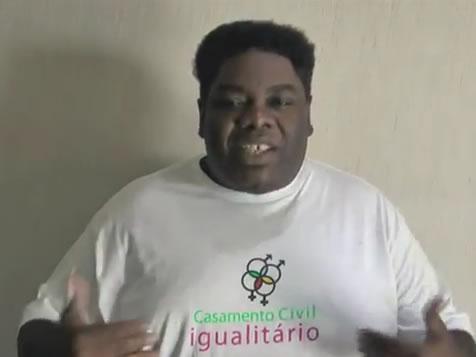 Cantor Sérgio Loroza também participa da campanha pelo casamento civil igualitário (Foto: Reprodução/YouTube)