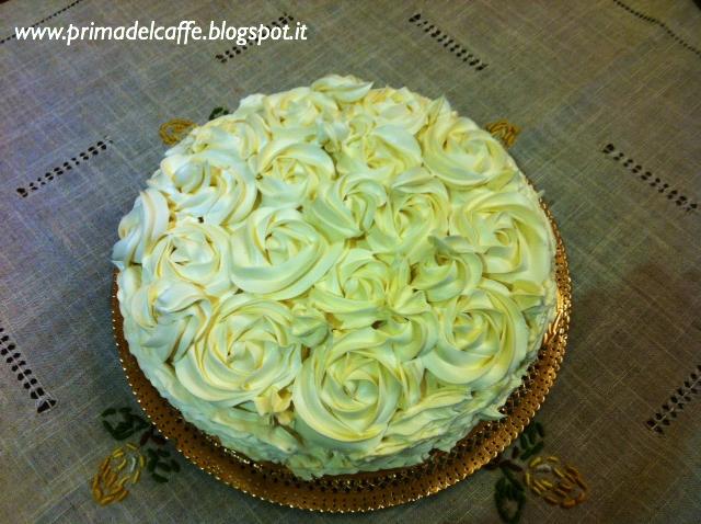 Base Torta al cioccolato. Farcia Mousse di cioccolato fondente.  Decorazione Ganache di cioccolato bianco. Diametro 26 cm