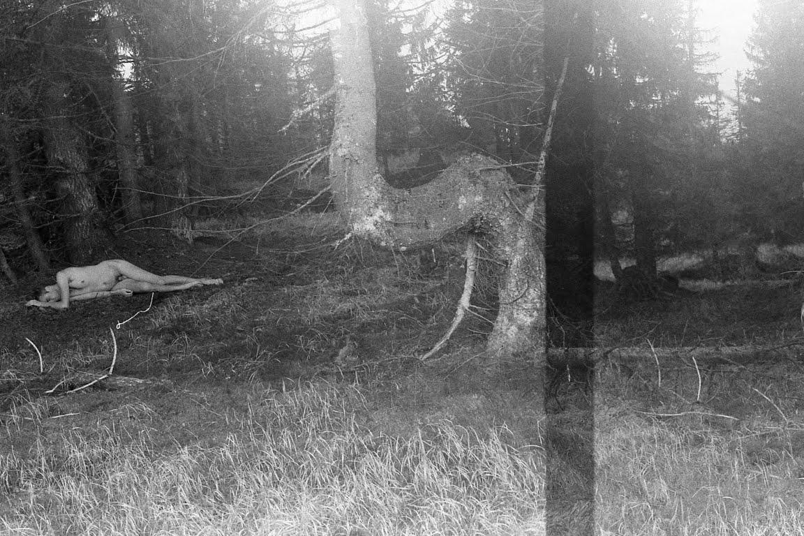 Fotografie z cyklu: Ona bouřka On strom