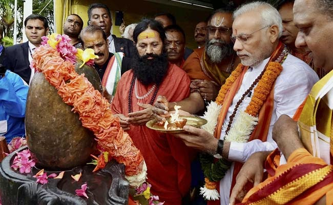 Narendra Modi Prays at Ganga Talao in Mauritius