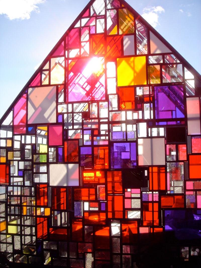 Bunte Glasfenster führen zu guter Laune zu Hause