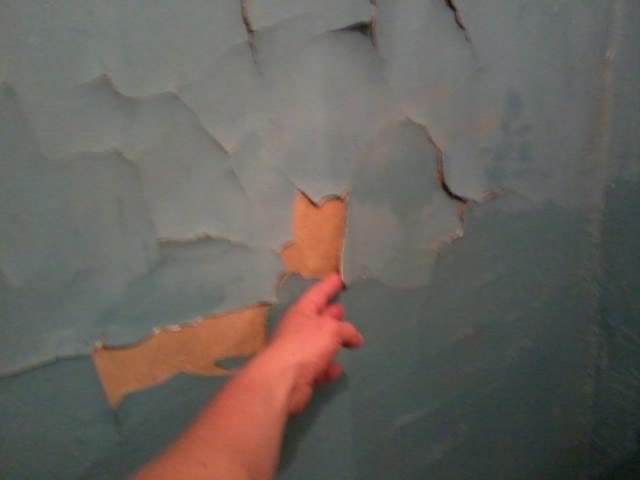 Стена с покрашенной штукатуркой