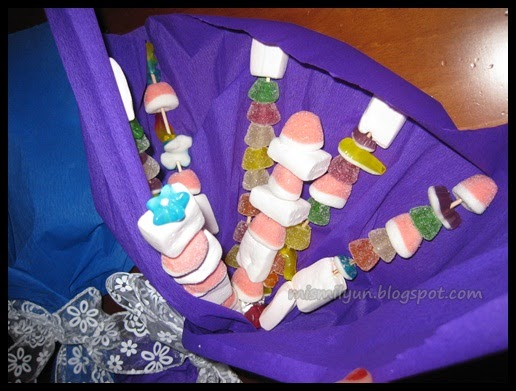 Idea para un regalo original un ramo de gominolas mis for Pinchos de gominolas